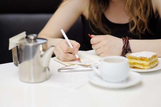 カフェで働く若い女性、写真をクローズアップ Premium写真