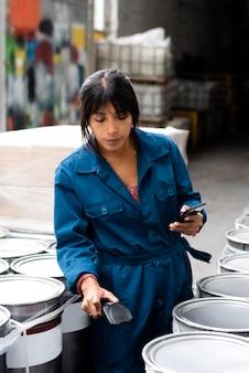 창고에서 일하는 젊은 여성