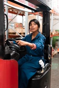 Молодая женщина, работающая на складе