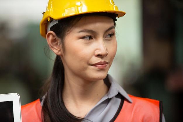 장인 육체 노동자로 워크샵에서 일하는 젊은 여자