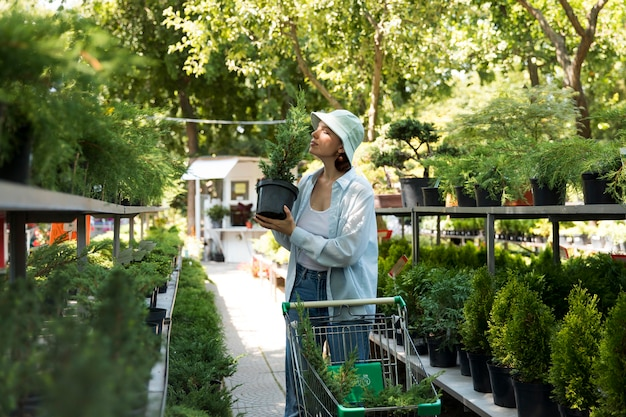 그녀의 지속 가능한 온실에서 일하는 젊은 여성