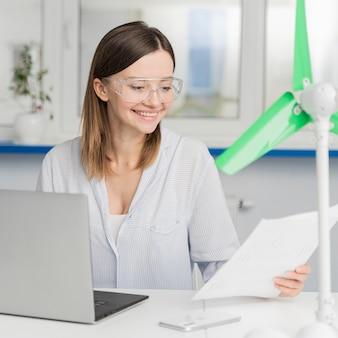 Молодая женщина, работающая над инновациями в области энергетики