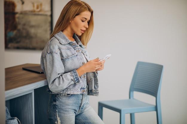 Молодая женщина, работающая на компьютере из дома