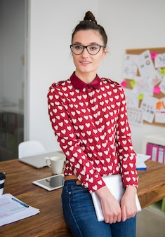 사무실에서 디지털 태블릿에 노력하는 젊은 여자