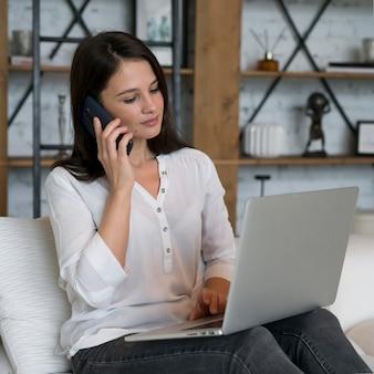 집에서 그녀의 노트북에서 일하는 젊은 여자