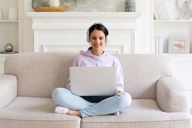 自宅でラップトップに取り組んでいる若い女性
