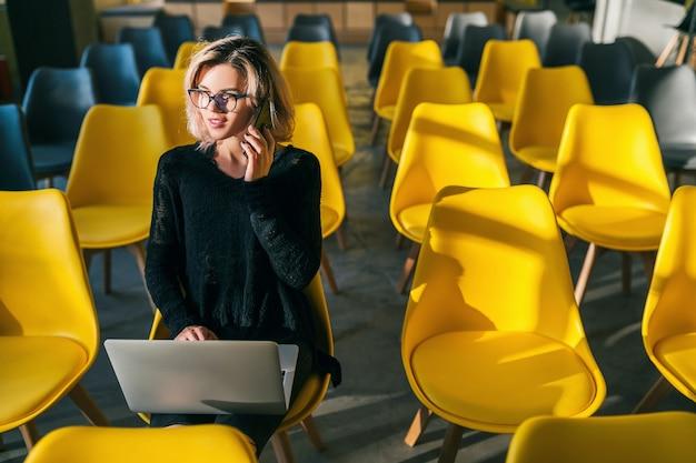 Молодая женщина, работающая на ноутбуке в коворкинге