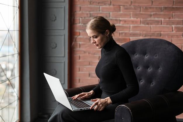 Молодая женщина работает на ноутбуке