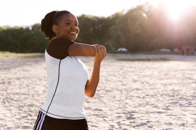 屋外で一人で運動する若い女性