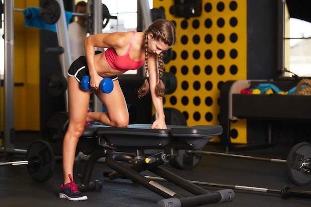 체육관 클럽에서 운동하는 젊은 여자