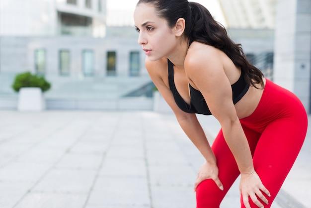 거리에서 운동하는 젊은 여자