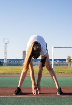 屋外で運動する若い女性