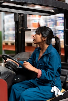 Giovane donna che lavora in un magazzino