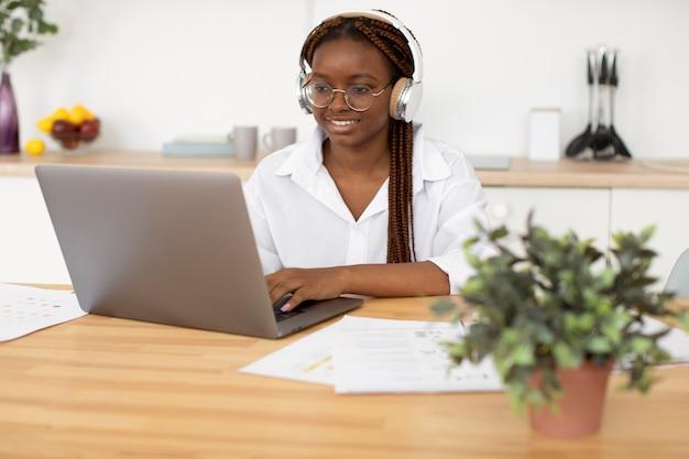ヘッドフォンで作業している若い女性