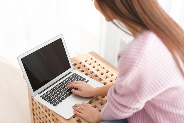 집에서 현대 노트북으로 작업하는 젊은 여자