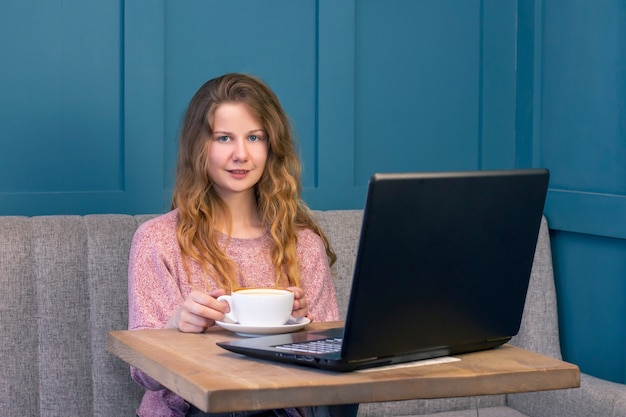 노트북에 대 한 작동하는 젊은 여자