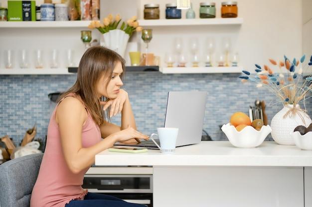 Молодая женщина работает удаленно из дома