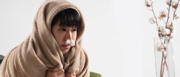 格子縞に包まれた若い女性は、屋内の自宅のソファに座って、病気、病気、くしゃみ、咳をしているように見えます。ヘルスケアと医学、病気の予防、季節的な病気の症状と自己防衛。チラシ
