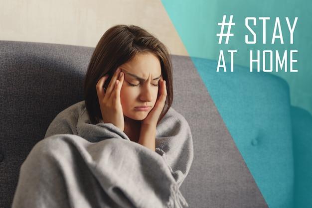 頭痛に悩まされている格子縞に包まれた若い女性、こめかみに手をかざしている、痛みのために目を閉じている