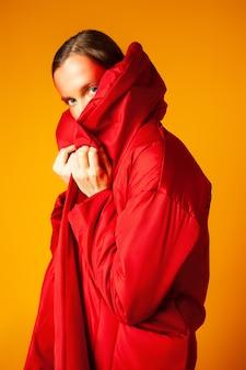 빨간 코트에 포장하는 젊은 여자