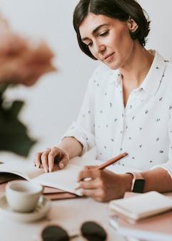日記を書く若い女性