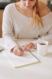 肯定を書く若い女性