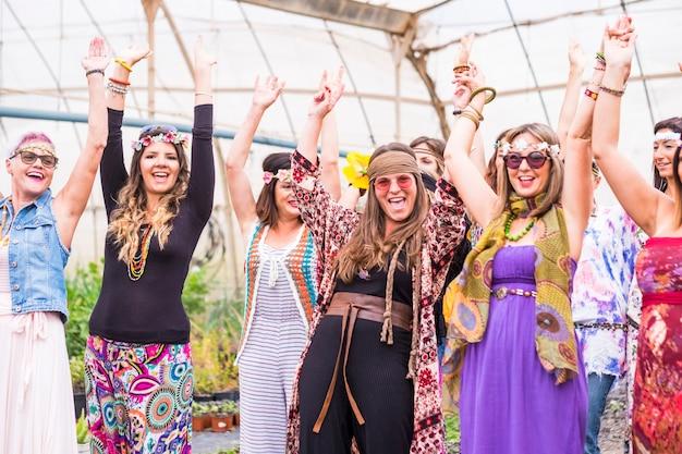 우정에있는 젊은 여성과 소녀들이 모두 함께 생물 자연의 장소에서 축하하고 즐거운 시간을 보냅니다. 히피 사람들의 그룹에 대한 웃음과 웃음 대체 개념 라이프 스타일