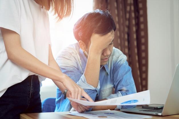 Молодые женщины ругают сотрудников, которые работают на работе, причиняя ущерб. понятие пунктуальности делает его профессиональным.