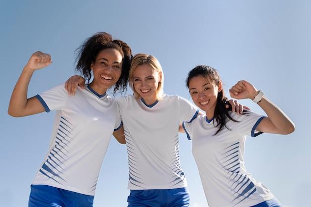 サッカーチームにいる若い女性