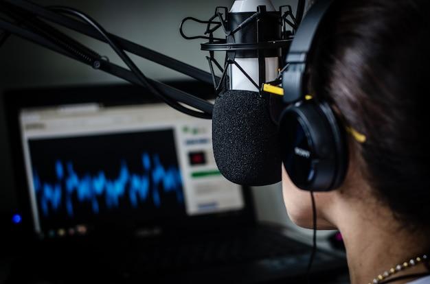 방송 스튜디오에서 일하는 젊은 여성 dj