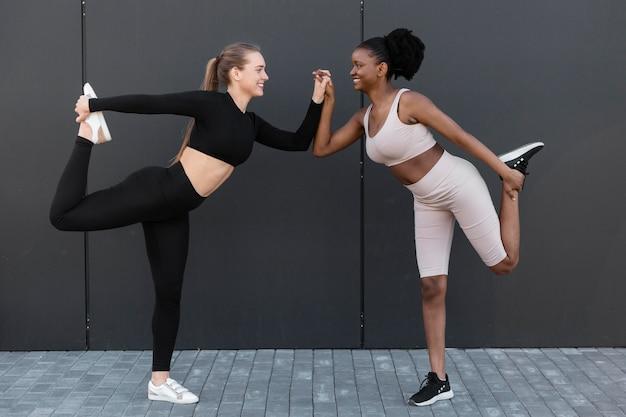 屋外でスポーツをしている若い女性