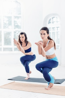 Giovani donne che fanno esercizi di yoga
