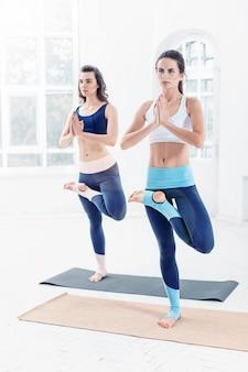 Молодые женщины делают упражнения йоги