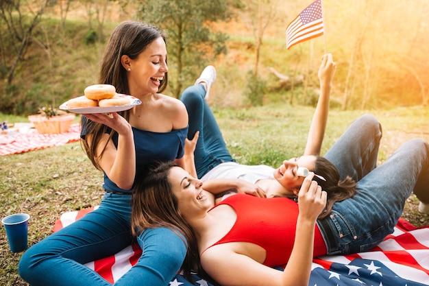 Giovani donne che hanno picnic