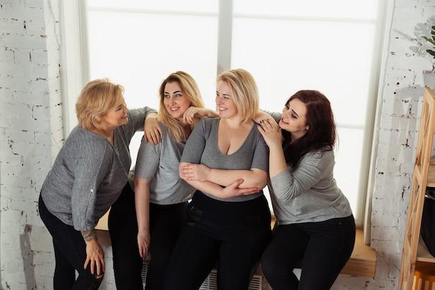 Молодые женщины в повседневной одежде веселятся вместе