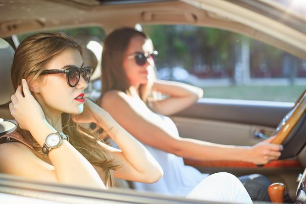 車の笑顔の若い女性