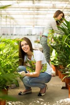 花の庭の若い女性