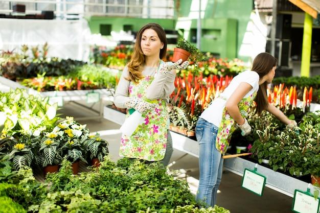 庭の若い女性
