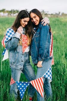 若い女性は外で笑い、抱擁