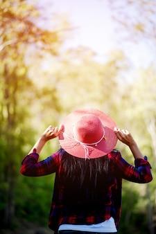 Молодые женщины любят и влюбляются в прекрасную природу. и с нетерпением ждем, с жестом концепции лесной любви
