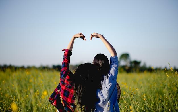Молодые женщины любят и влюбляются в прекрасную природу.