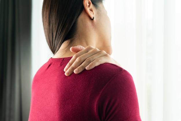 若い女性の首と肩の痛みの怪我、ヘルスケアと医療の概念