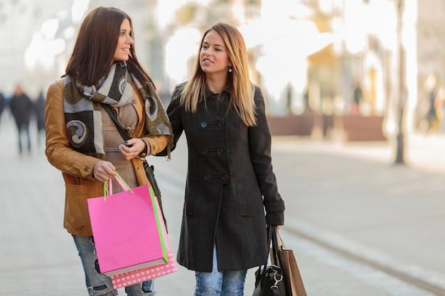 Молодые женщины на улице