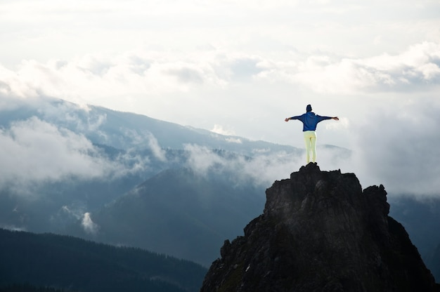 山の頂上にいる若い女性。