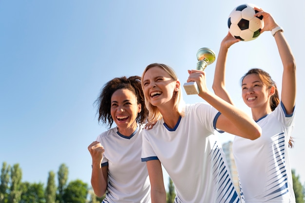 Giovani donne che giocano in una squadra di calcio