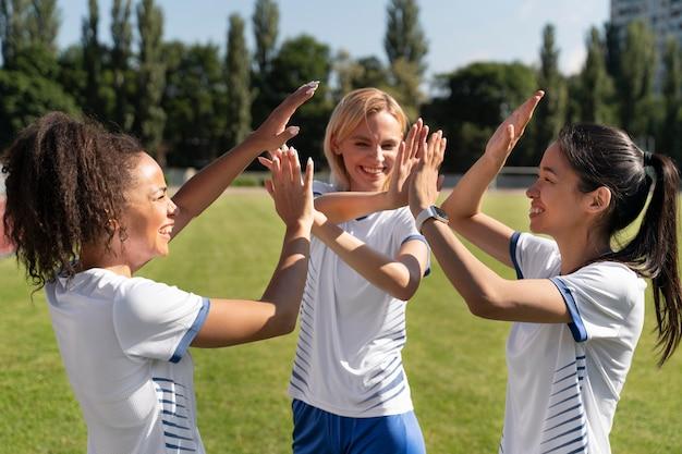 サッカーをする若い女性