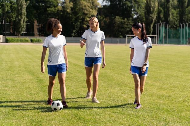 Giovani donne che giocano a calcio