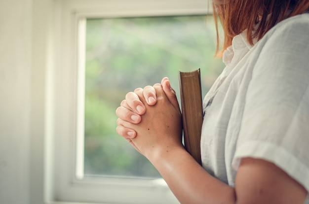 Молодые женщины молятся богу, женщины молятся о божьих благословениях для лучшей жизни. и верю в кризис христианской жизни