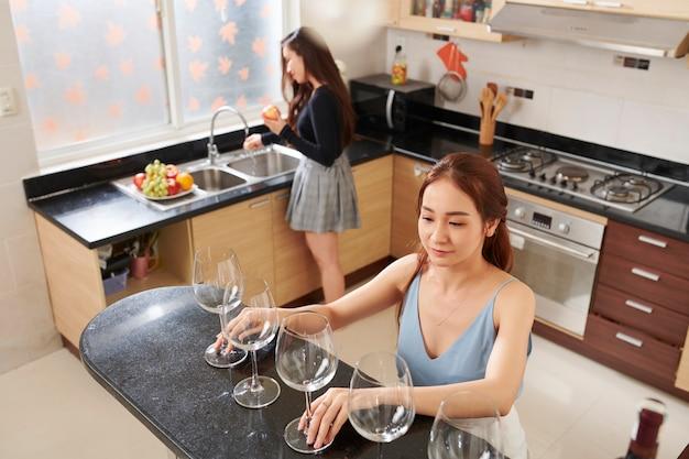 Молодые женщины готовятся к вечеринке
