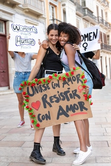 気候変動に抗議する若い女性